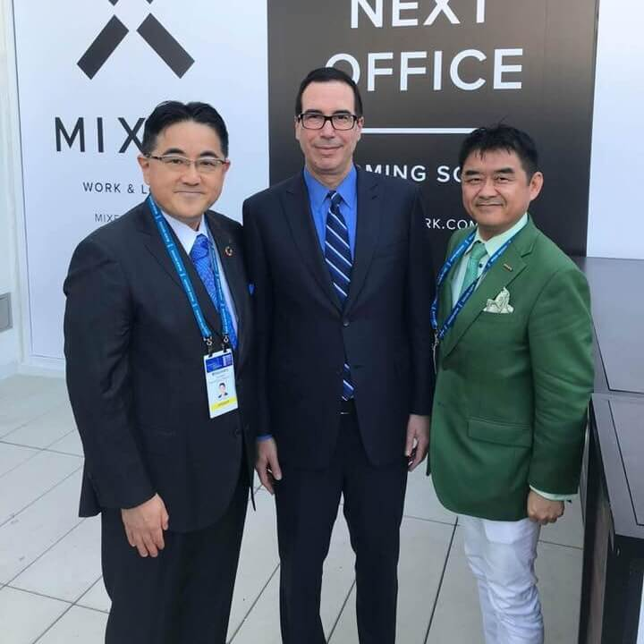 Mnuchin米財務長官(中央)、熊谷亮丸大和総研チーフアナリスト(左)と