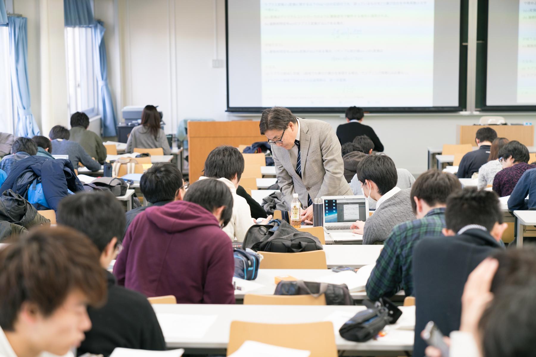 東工大教授の千葉先生が教室を回って回答できているかフォロー