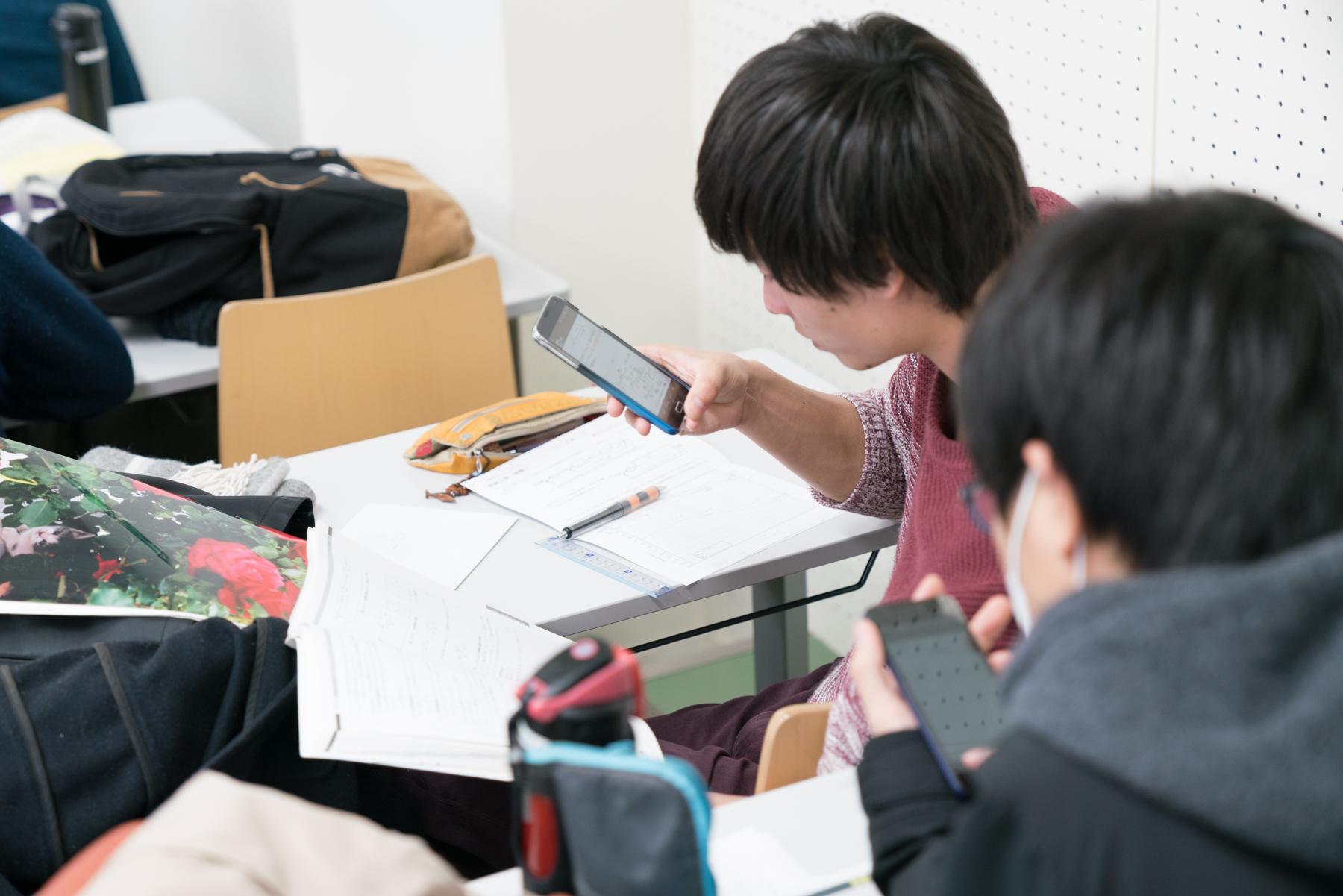 スマホのHandbookアプリから回答を送信する学生