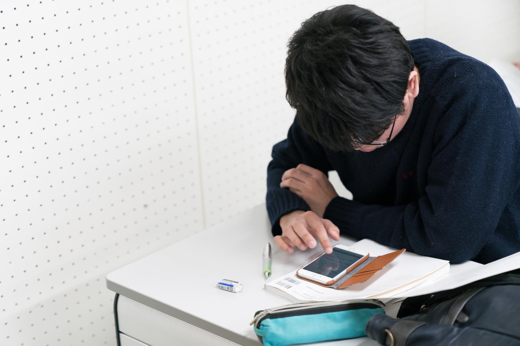 スマホのHandbookアプリから回答を送る学生